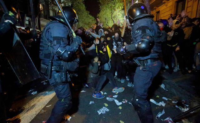 Protestniki so se med demonstracijami zaradi sodne kazni, ki je bila izrečena nekdanjim katalonskim voditeljem, spopadli s katalonsko regionalno policijo 'Mossos D'Esquadra', potem ko je na tisoče aktivistov za neodvisnost vdrlo na letališče v Barceloni. FOTO: Pau Barrena/AFP