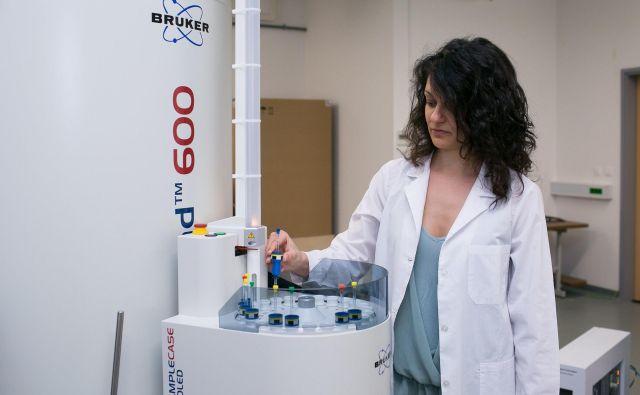Raziskovalka dr. Chiara Platella z nacionalnega centra za NMR-spektroskopijo visoke ločljivosti je novi spektroskop preizkusila med prvimi. Foto Damjan Makuc