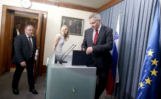 Poslanci Dejan Židan (na desni),Tina Heferle in Danijel Krivec, ki so julija predstavili zakon o poslancih, so skupaj s svojimi poslanskimi skupinami včeraj podporo umaknili. FOTO: Roman Šipić/Delo
