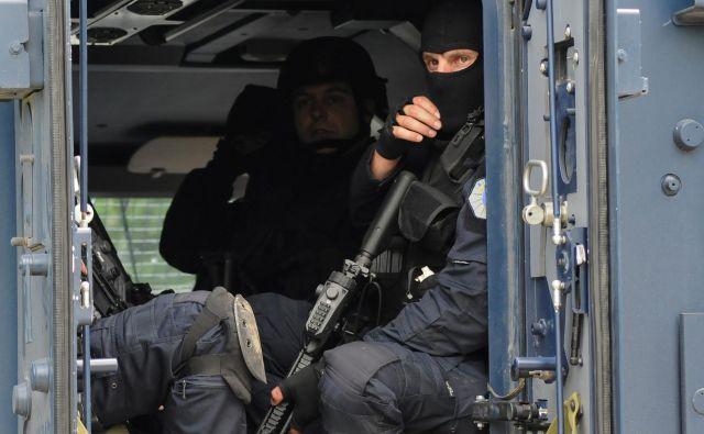 Na sever Kosova je danes vdrlo več kot sto do zob oboroženih pripadnikov posebnih enot kosovske policije z oklepnimi vozili. FOTO: Laura Hasani/Reuters