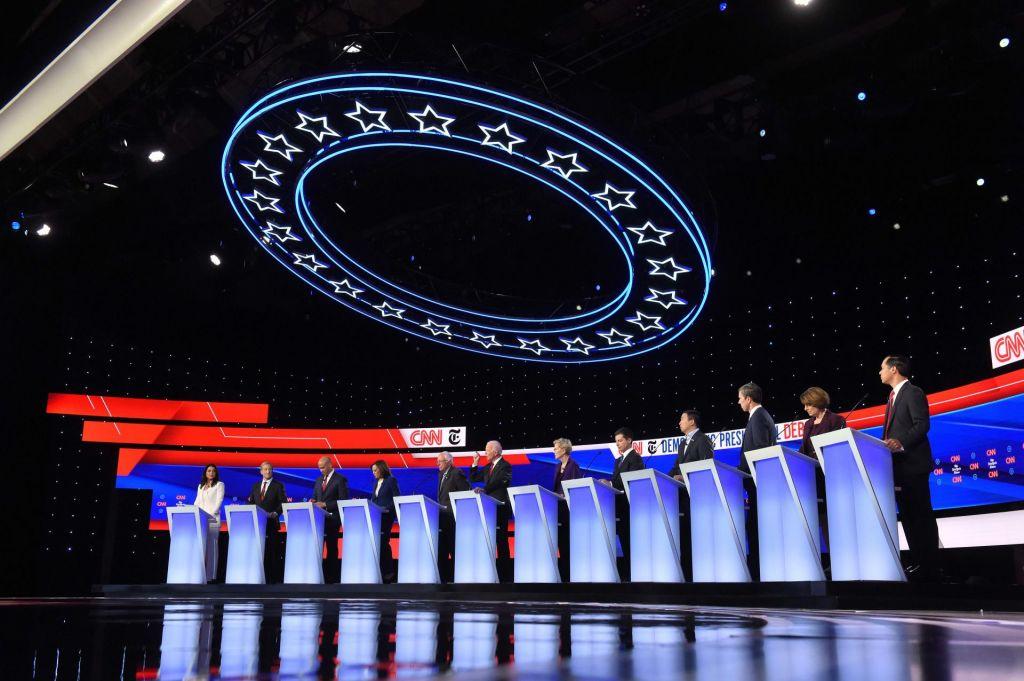 FOTO:Demokratski predsedniški kandidati nad Trumpa in Elizabeth Warren