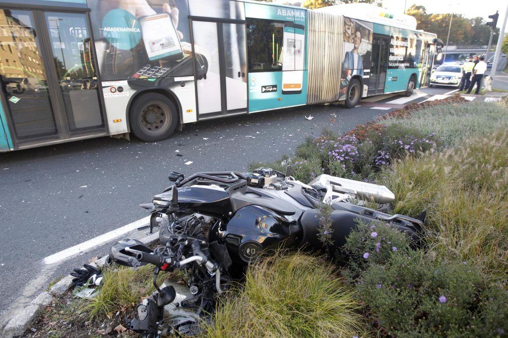 FOTO:Na križišču Tivolske in Celovške v Ljubljani motorist trčil v mestni avtobus