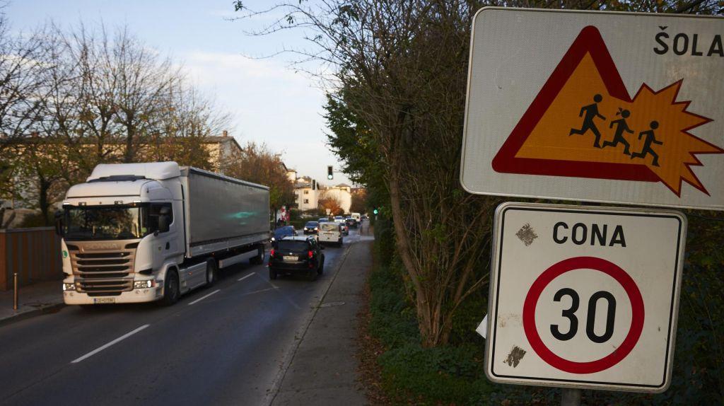 FOTO:Kako dolgo bodo tovornjaki na Viču še vozili mimo šole in hiš