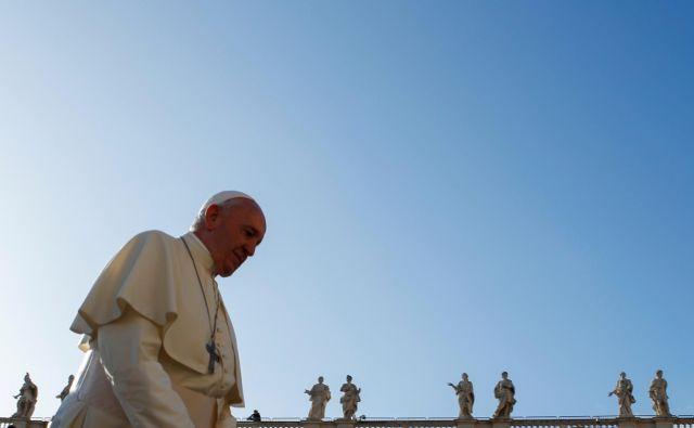 Papež Frančišek med svojo redno tedensko avdienco v Vatikanu. FOTO: Reuters/Remo Casilli