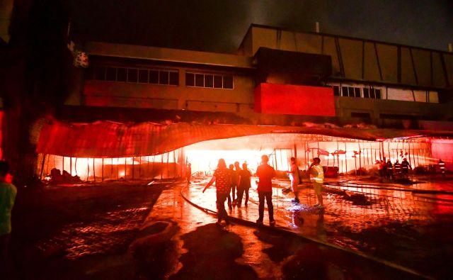 V mestu General Santos je po potresu izbruhnil požar v nakupovalnem središču. FOTO: Edwin Espejo/AFP