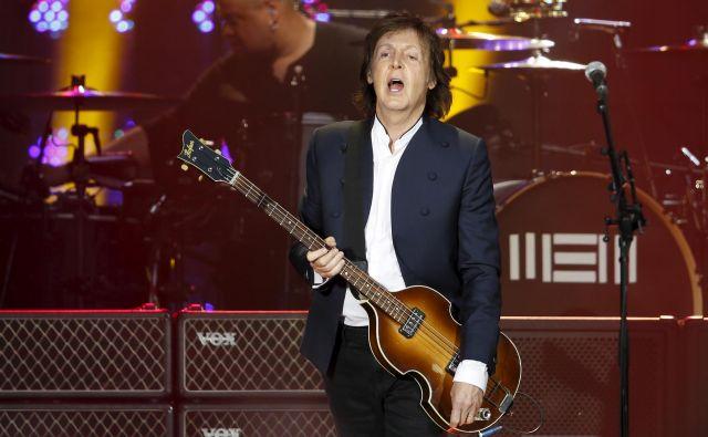 McCartney igra Höfnerjevo kitaro še zdaj (posnetek s koncerta leta 2017). FOTO: Benoît Tessier/Reuters