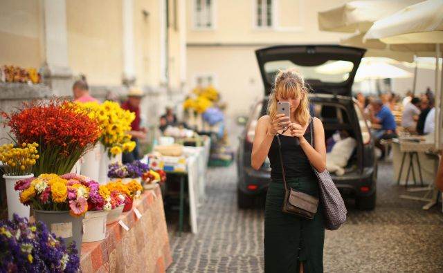 Brez telefona, ki vsebuje vrsto kritičnih surovin, si več ne predstavljamo življenja.FOTO: Jure Eržen/Delo