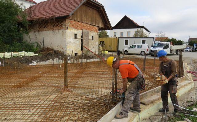 Prihodnji teden bodo gradbinci vlili betonsko ploščo bodočega interpretacijskega centra. FOTO: Bojan Rajšek/Delo