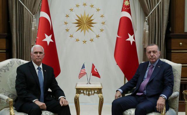 Srečanje turškega predsednika Recepa Tayyipa Erdoğana z ameriškim podpredsednikom Mikom Penceom FOTO: Reuters