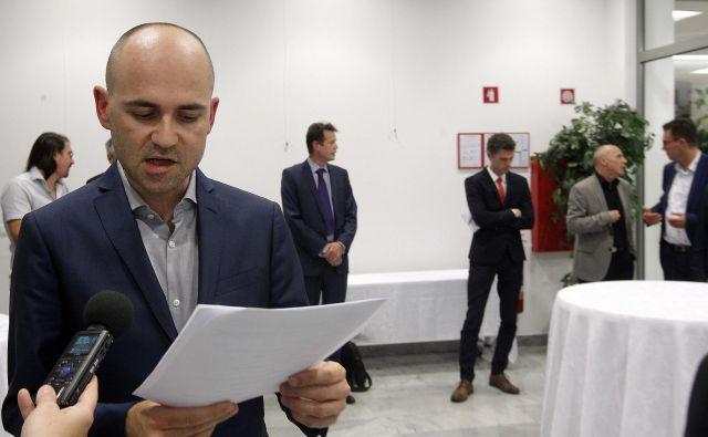 Zdravnik Matej Beltram je pred začetkom posveta predstavil spremembe, ki jih zahtevajo v dobro bolnikov. Foto: Mavric Pivk/Delo