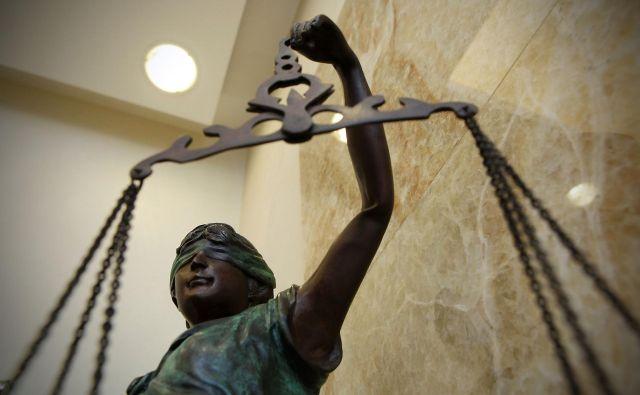 Osumljene – štiri devetnajstletnike in dvajsetletnika – so prijeli minuli petek, po njihovi obravnavi na tožilstvu in sodišču pa sprva odredili, da se bodo lahko branili s svobode. FOTO: Jože Suhadolnik/Delo
