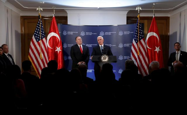 Mike Pence je novico sporočil na ameriški ambasadi v Ankari. FOTO: Huseyin Aldemir/Reuters