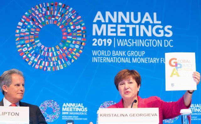 Nova direktorica IMF Kristalina Georgieva skupaj z namestnikom Davidom Liptonom predstavlja prioritete ob začetku letnega zasedanja IMF in Svetovne banke v Washingtonu. Foto Stephen Jaffe Afp