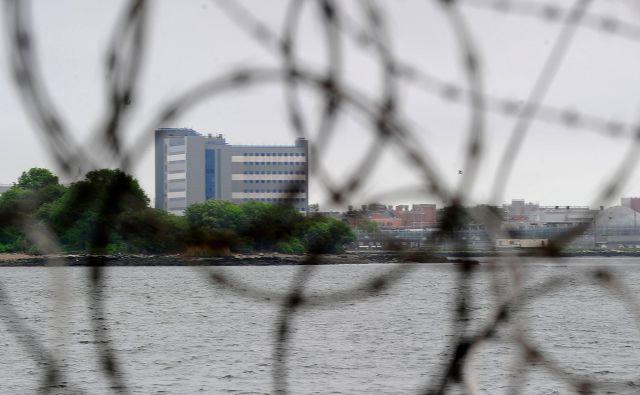 Otok Rikers, na katerem stoji zapor, je velik 160 hektarov in je s Queensom povezan z mostom, kamor vozi mestni avtobus. FOTO: Emmanuel Dunand/AFP