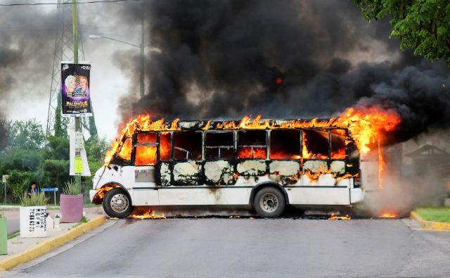 Pripadniki kartela so zažigali tovornjake in avtobuse, da bi ovirali promet po mestu. FOTO: Jesus Bustamante/ Reuters