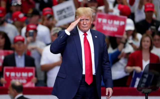 "DALLAS, TEXAS - OCTOBER 17: U.S. President Donald Trump speaks during a ""Keep America Great"" Campaign Rally at American Airlines Center on October 17, 2019 in Dallas, Texas. Tom Pennington/Getty Images/AFP == FOR NEWSPAPERS, INTERNET, TELCOS & TELEVISION USE ONLY == Foto Tom Pennington Afp"