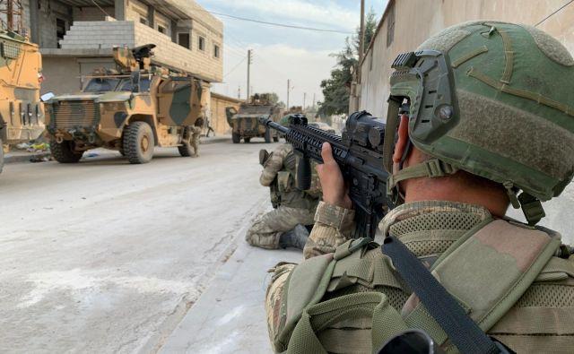 V obmejnem mestu Ras al Ain na severuSirije kljub prekinitvi turške ofenzive proti kurdskim silam danes potekajo občasni spopadi. FOTO: Reuters