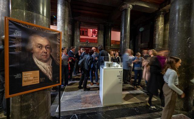 Razstava je posvečena dvestoti obletnici smrti Žige Zoisa. Njegova knjižnica priča o tem, da je bil velik kozmopolitski duh.