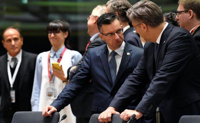Pogled, ki pove več kot tisoč besed: slovenski premier Marjan Šarec se je pred torkovim odločanjem o hrvaškem izpolnjevanju pogojev za schengen pogovarjal tudi s hrvaškim kolegom Andrejem Plenkovićem. FOTO: Reuters