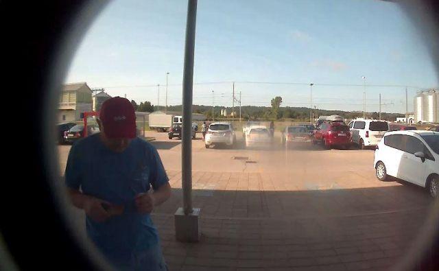 Neznani storilec je po tatvini odšel do bankomata in z ukradeno bančno kartico dvignil denar. FOTO: PU Murska Sobota