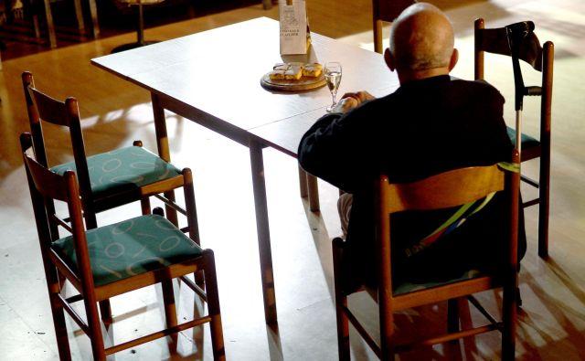 Kar 7 odstotkov starejših od 65 let nima več nobenega stika s sorodniki in prijatelji, 11 odstotkov pa se jih z njimi srečuje samo enkrat na leto. Foto Roman Šipić