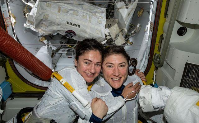 Srečni Jessica Meir (levo) in Christina Koch, ki sta danes pisali zgodovino in ženskam po vsem svetu dali navdih in pozitiven zgled, da lahko povsem brez težav opravita zahtevno delo, ki je bilo nekoč v domeni le moškega spola. FOTO: Nasa