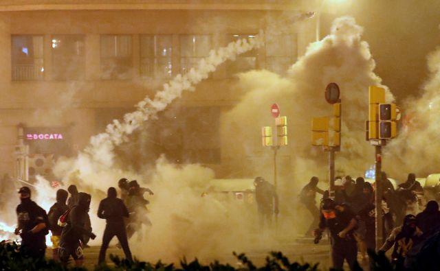 Včeraj okoli 18. ure pred poslopjem španske policije v Barceloni izbruhnili spopadi med protestniki in policisti. FOTO: Jon Nazca/Reuters