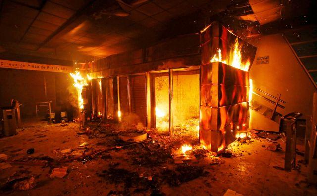 Protesti so se v petek sprevrgli v nasilje, ki je v mestu povzročilo kaos.FOTO: Stringer Reuters