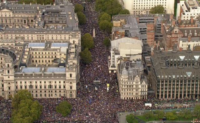 BBC poroča, da je po mnenju organizatojev protesta ob odločanju o brexitu na londonske ulice stopilo okoli milijon ljudi. FOTO: AFP