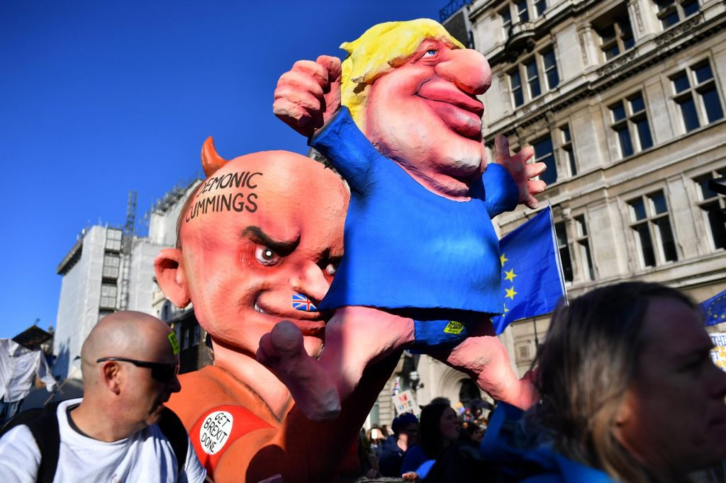 FOTO:Johnson zaprosil za nov odlog brexita, a hkrati pozval EU, naj ga zavrne