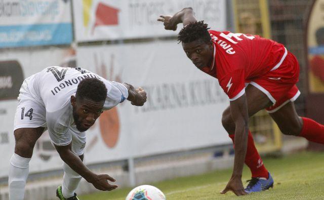 Sežanski Kamerunec Luis Bongongui (levo) je bil nerešljiva uganka za Mariborčane, kidriški Nigerijec Amuzie (desno) pa je bil pomemben člen Aluminija, ki bo v soboto v Stožicah izzval vodilno Olimpijo. FOTO: Mavric Pivk/Delo