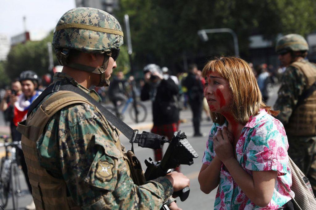 Izredno stanje v Čilu: na ulicah vojaki, v nemirih umrli trije ljudje