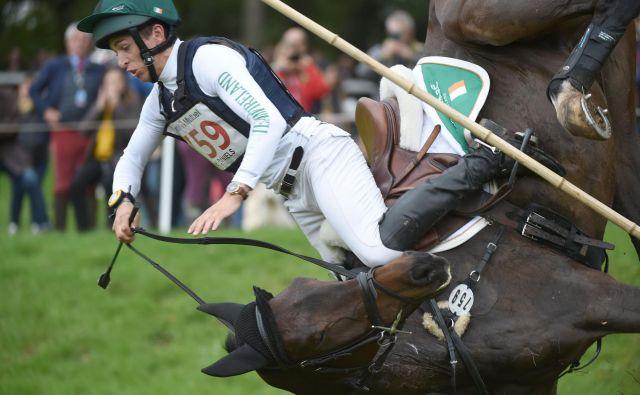 V bližini francoskega mesta Angers je potekalo svetovno prvenstvo v jezdenju Mondial du Lion-d'Angers, za mlade konje stare od 6 do 7 let. Na fotografiji je padec Irke Cathal Daniels s konjem Harieko DHI. FOTO: Jean-francois Monier/AFP