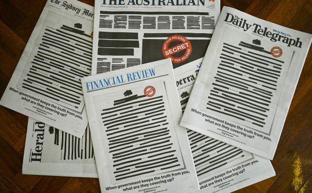 Vsi vodilni avstralski časopisi so danes objavili usklajene naslovnice v protest proti vladnemu omejevanju svobode tiska. FOTO: Stringer/ Reuters
