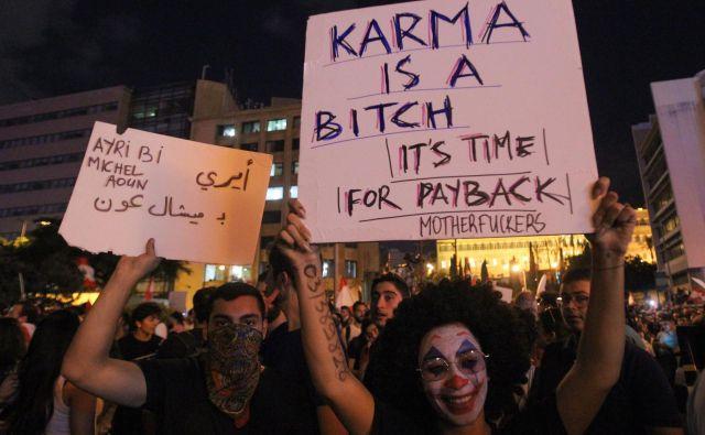 Libanon so zajeli protivladni protesti zaradi slabega gospodarskega položaja v državi. Nezadovoljstvo javnosti se širi od julija, ko je parlament potrdil varčevalno naravnan proračun, s katerim naj bi zajezili rastoči primanjkljaj, zaostrilo pa se je pred dnevi zaradi načrtovane obdavčitve klicev preko aplikacij za sporočanje. Libanski demonstranti na protestih zahtevajo temeljito prenovo libanonskega političnega sistema. FOTO: Ibrahim Amro/AFP