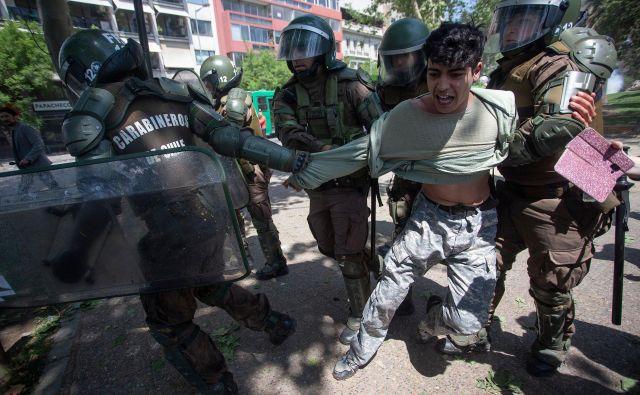 Policija je aretirala veliko ljudi. FOTO: Claudio Reyes/Afp