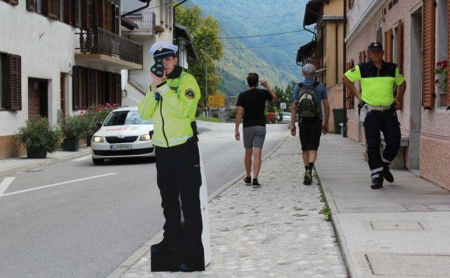 Silhuete policistk in policistov na Bovškem uporabljajo od avgusta letos. FOTO: Blaž Močnik/Delo
