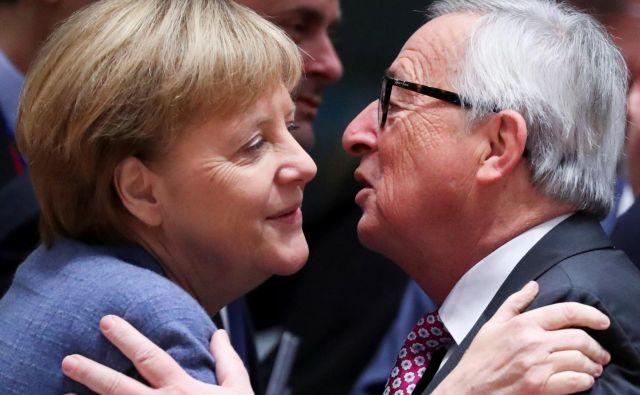 Kdo ve, če bi nemška kanclerka Angela Merkel preštela vse njegove poljube, koliko bi se jih nabralo? Fotografije Reuters