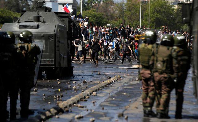 Iz Čila prihajajo vesti o nasilju med pripadniki varnostnih sil in udeleženci shodov. FOTO: Edgard Garrido/Reuters