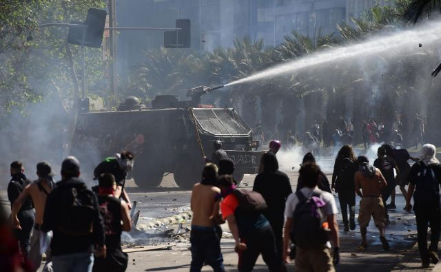 V čilski prestolnici se tudi danes nadaljujejo shodi. FOTO: Martin Bernetti/AFP