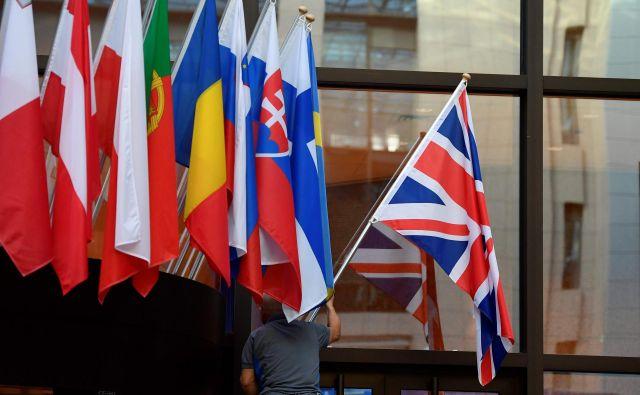 Britanska zastava bo še nekaj časa visela pred sedežem evropskega sveta v Bruslju. FOTO: AFP