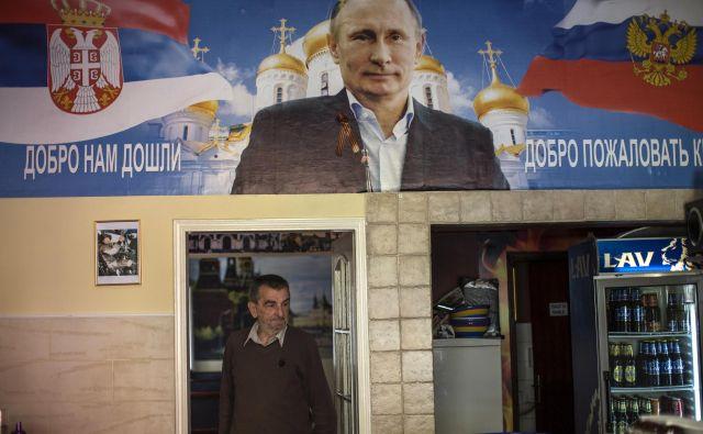 Bolj ko se Srbija približuje EU, več znakov predanosti Rusiji je videti na ulicah srbskih mest, eden od teh je tudi bar Putin v Novem Sadu. FOTO: Reuters