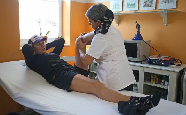 Ilka Štuhec in Darja Kramberger, fizioterapevtka. Foto: Tadej Regent