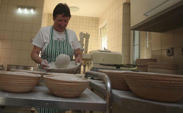 Marjeta Ročnik peče šest vrst kruha. Najbolj priljubljena sta rženi in rženi kruh s semeni. FOTO: Tadej Regent