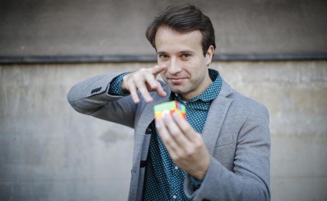 Nik Škrlec se z Jurijem Zrnecem in ekipo te dni pripravlja na novembrsko premiero v Špas teatru, pa tudi rekord z rubikovo kocko. FOTO: Uroš Hočevar