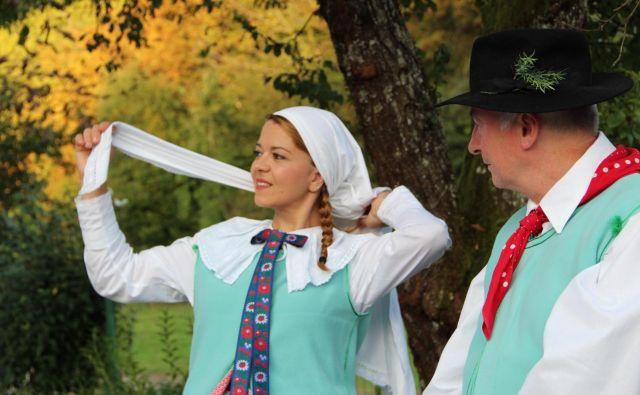 V Črmošnjiški dolini ohranjajo kočevarsko tradicijo tudi z nošami. Foto Simona Fajfar