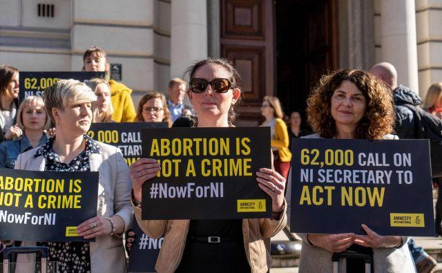 Manj stroga zakonodaja glede splava in istospolnih porok je začela veljati opolnoči po krajevnem času. FOTO: Niklas Halle'n/AFP