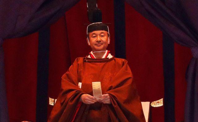 Naruhito je bil oblečen v obredno oblačilo v zlatorjavi barvi, ki si ga sme nadeti samo cesar. FOTO: Issei Kato/AFP