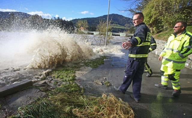 Edina dosedanja korist od vloženih tožb je, da ljudje vzdolž Drave oktobra lani niso bili spet poplavljeni, čeprav je mimo njihovih domov drla podobna količina vode kot leta 2012. FOTO: Tadej Regent/Delo