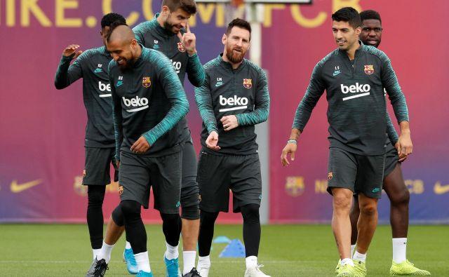Arturo Vidal, Gerard Pique, Lionel Messi, Luis Suarez in Samuel Umtiti so bili pred poletom v Prago odlično razpoloženi. FOTO: Reuters